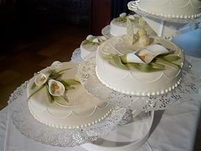 *Kelių aukštų vestuvinis tortas