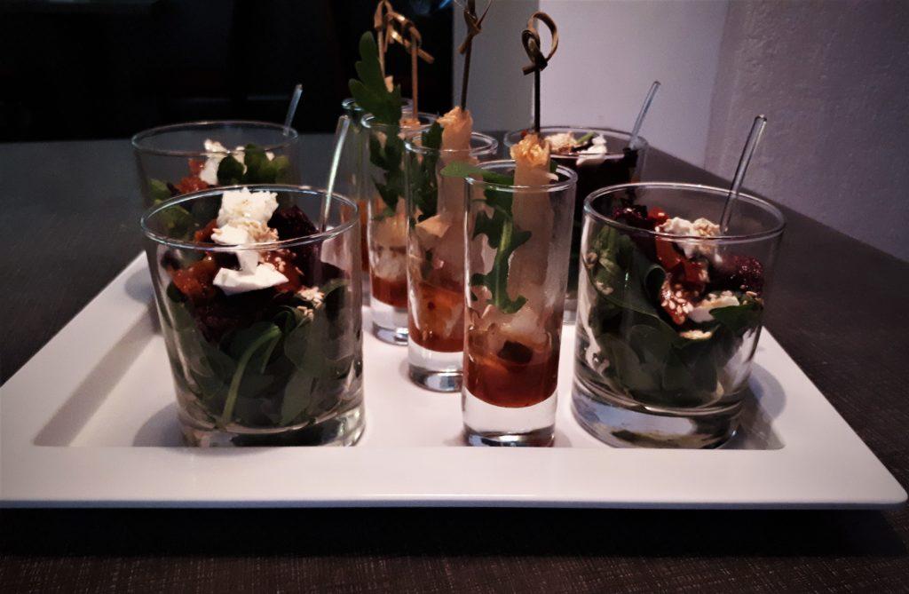 Salotos ir krevečių užkandžiai taurėse