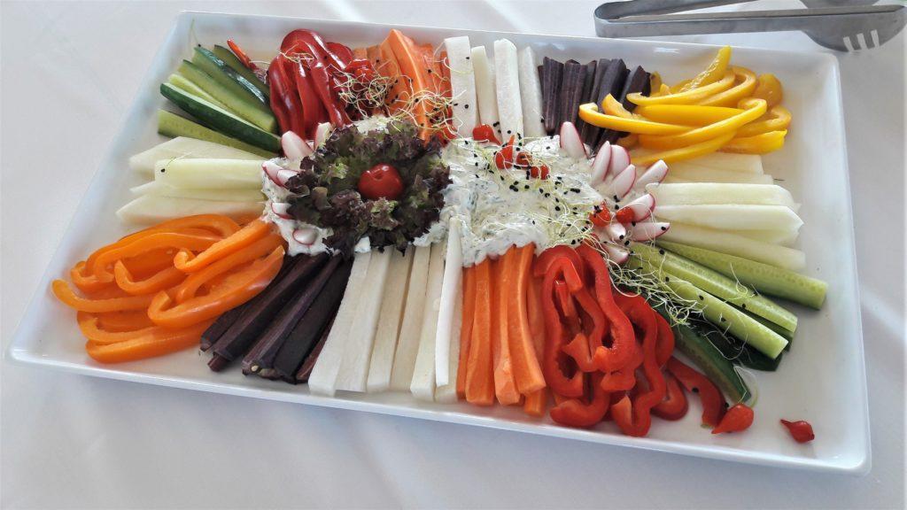 Daržovių asorti su tzatziki padažu